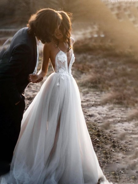 A-Line/Princess Spaghetti Straps Tulle Sweep/Brush Train Applique Sleeveless Wedding Dresses